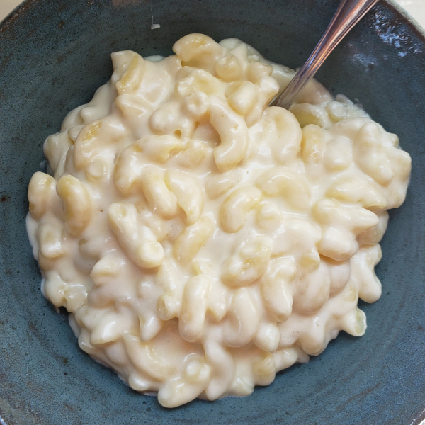 Who doesn't love Mac and Cheese? Talk about a comfort food! It is creamy, rich, filling and oh so delicious. This dish is kid friendly and hearty enough to be eaten as the main meal. You can add protein to make it a more complete meal or serve it as a side dish. This from scratch Mac and Cheese has only 6 ingredients and can be whipped up fast. . . Make it on the stove top, Instant Pot or even a slow cooker to make it extra easy. I promise you will love it too!